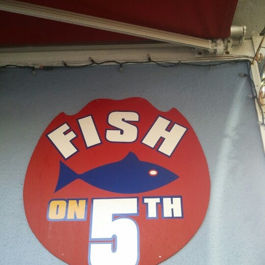 Снимок сделан в Fish On Fifth пользователем Elaine S. 8/20/2012
