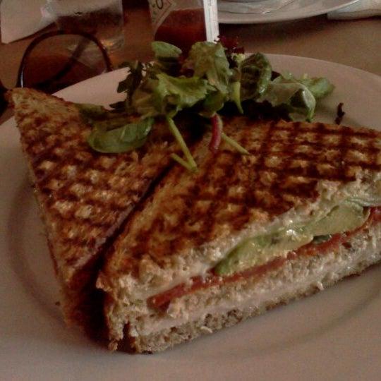 Foto tomada en OAK Restaurant & Wine Bar por Rebecca H. el 7/15/2012
