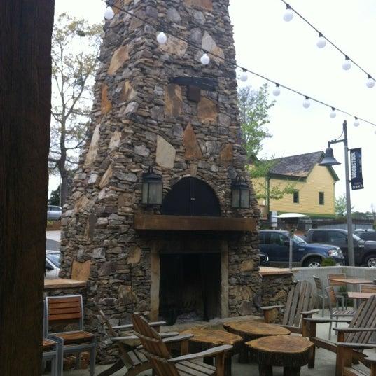 รูปภาพถ่ายที่ Fire Stone Wood Fired Pizza & Grill โดย Tori C. เมื่อ 3/22/2012