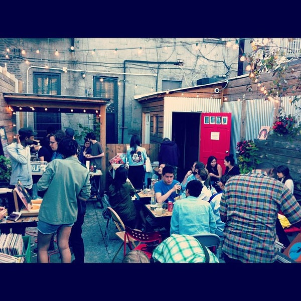 6/17/2012にCindy T.がTrophy Barで撮った写真