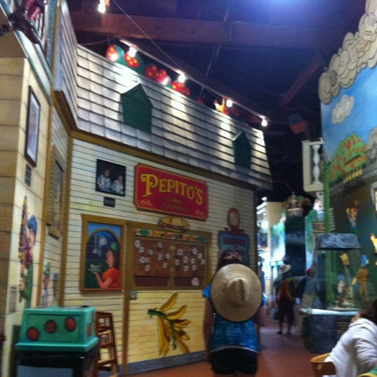 Foto diambil di El Meson de Pepe Restaurant & Bar oleh Kelvis D. pada 5/27/2012