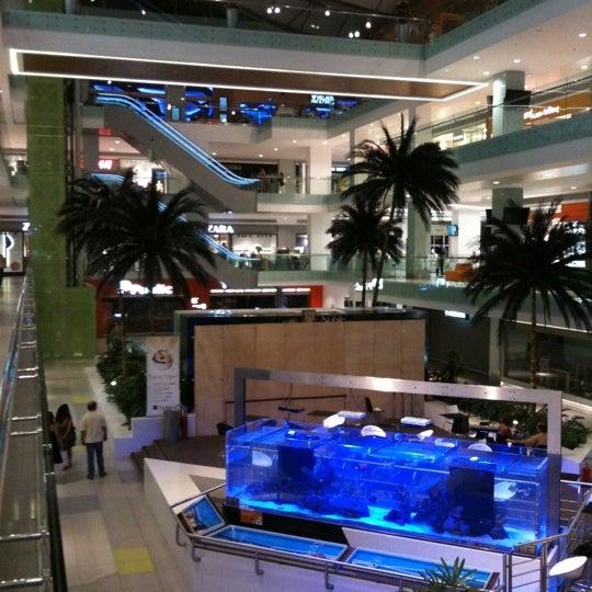 รูปภาพถ่ายที่ Athens Metro Mall โดย Jannis C. เมื่อ 9/1/2011
