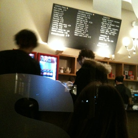 Снимок сделан в Mark's Deli & Coffee House пользователем Leo V. 6/16/2012