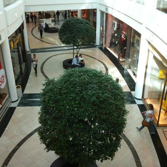Foto tirada no(a) Shopping Crystal por Fernao V. em 7/5/2012