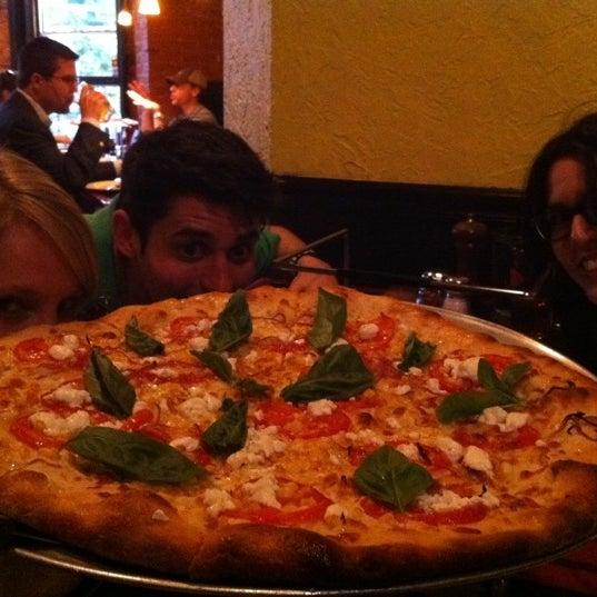 Foto tomada en Radius Pizza por Ross el 7/16/2011