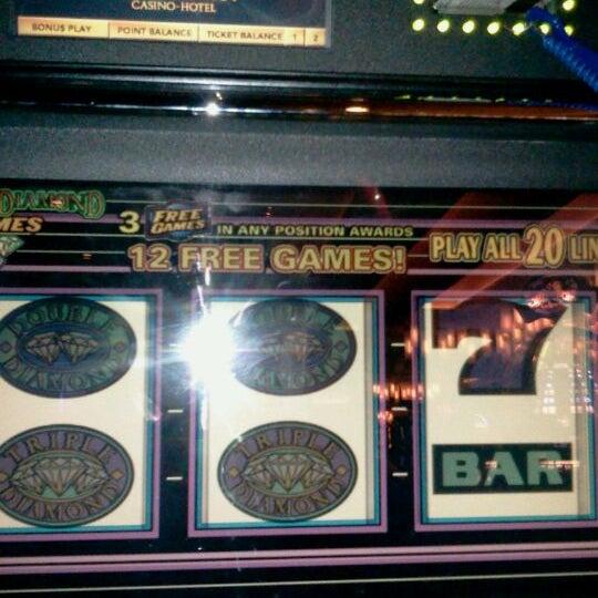 Foto scattata a Greektown Casino-Hotel da Vikki W. il 12/27/2011