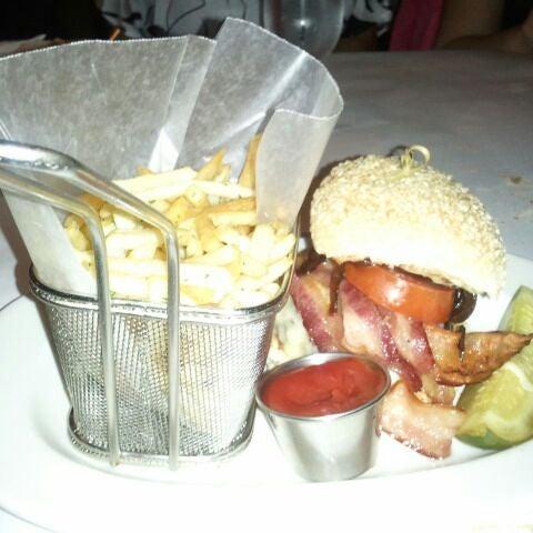 Photo prise au Honu Kitchen And Cocktails par Cdot le4/1/2012