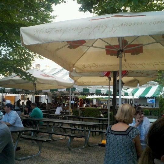 7/29/2012 tarihinde Megan P.ziyaretçi tarafından Bohemian Hall & Beer Garden'de çekilen fotoğraf