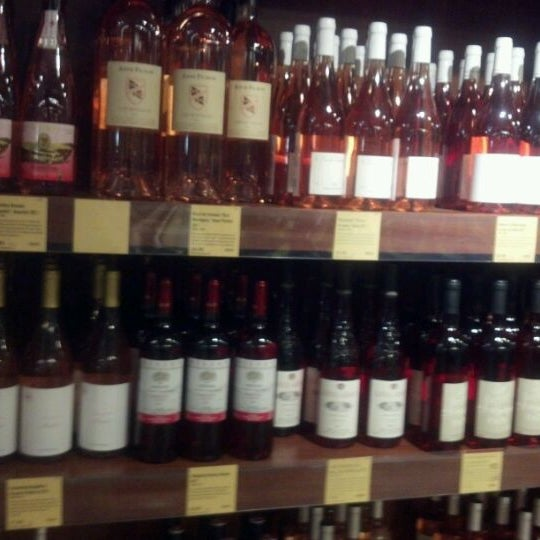 Foto tirada no(a) Astor Wines & Spirits por anthony d. em 5/28/2012