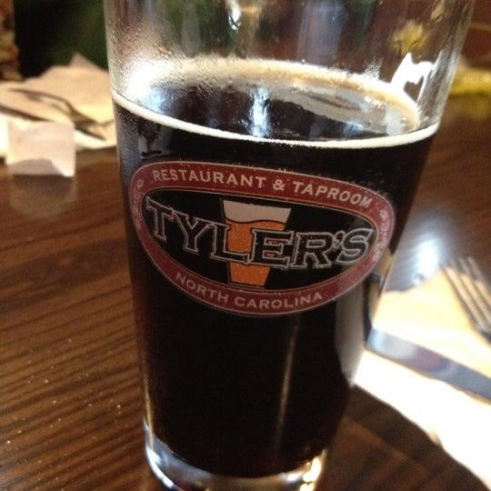 รูปภาพถ่ายที่ Tyler's Restaurant & Taproom โดย Frank C. เมื่อ 8/25/2012