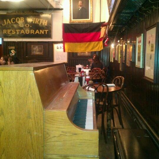 Foto tirada no(a) Jacob Wirth Restaurant por Carol M. em 2/24/2012