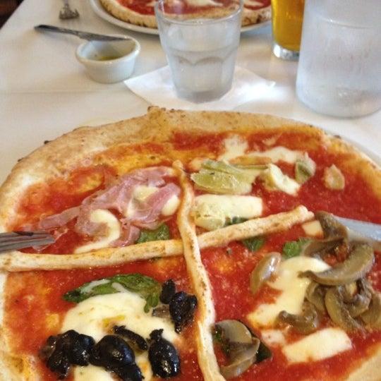 Foto scattata a Menomalé Pizza Napoletana da Stacy S. il 5/4/2012