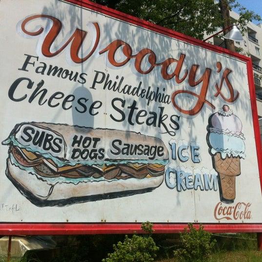 Foto scattata a Woody's Famous CheeseSteaks da John B. il 6/23/2012