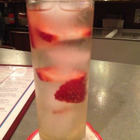 รูปภาพถ่ายที่ La Bonne Soupe โดย Mindy J. เมื่อ 6/24/2012