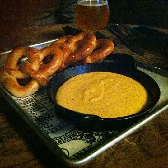 Foto scattata a SmithHouse - BBQ, Burgers, Brews da Jason C. il 10/9/2011
