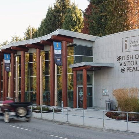 Foto scattata a British Columbia Visitor Centre @ Peace Arch da Meghan J. il 2/27/2012