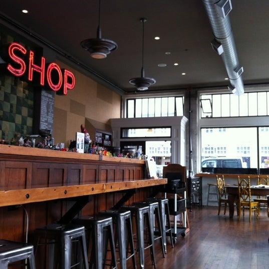 Foto diambil di Street 14 Cafe oleh Patrick 🍀 C. pada 7/30/2012