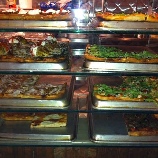 Foto tomada en Nonna's L.E.S. Pizzeria por Elizabeth S. el 4/15/2011