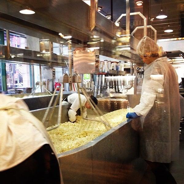 1/27/2012에 Tanya M.님이 Beecher's Handmade Cheese에서 찍은 사진
