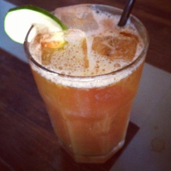 Das Foto wurde bei Dive Bar & Lounge von Tanya R. am 9/10/2012 aufgenommen