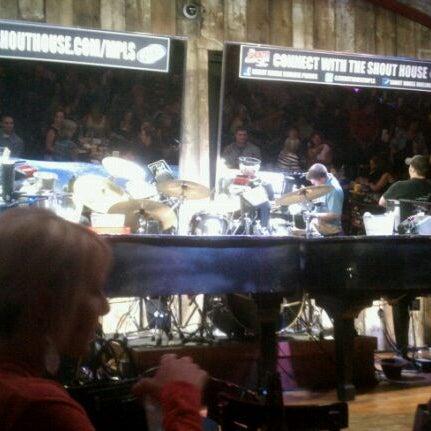 Das Foto wurde bei Shout House Dueling Pianos von Brett W. am 9/3/2011 aufgenommen