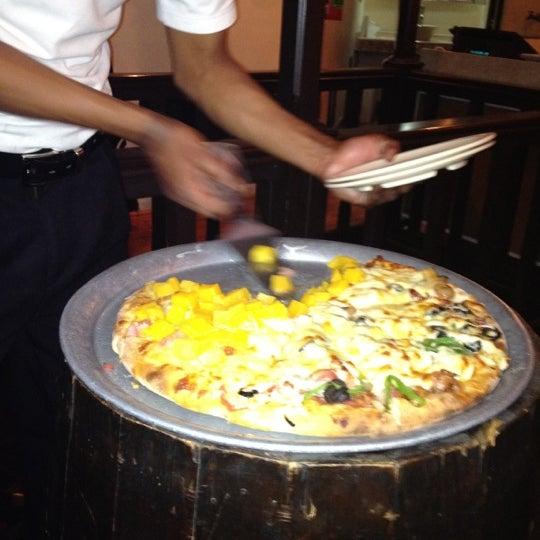 Pizza tropical y la especial son las mejores del resto se las recomiendo, el tercer piso esta genial y trankilo, son caras pero valen la pena