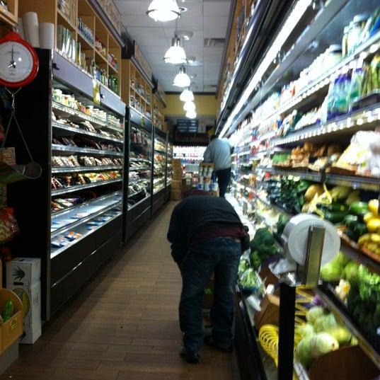Foto tirada no(a) Westerly Natural Market por Shawn em 2/27/2012