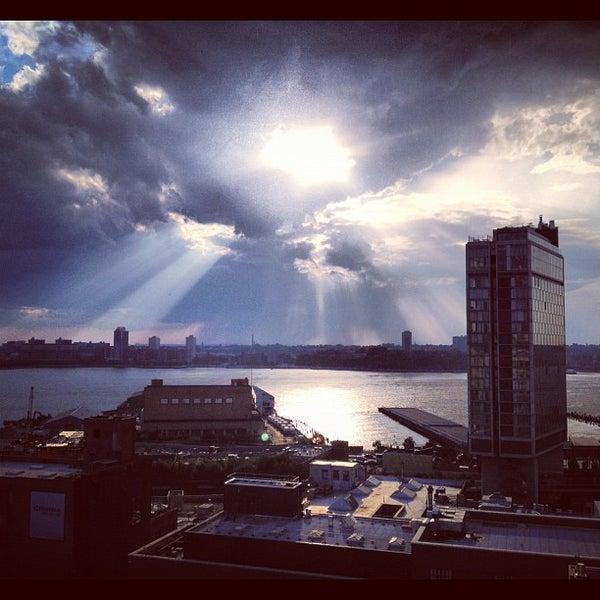 Foto scattata a Plunge Rooftop Bar & Lounge da Chad S. il 7/25/2012