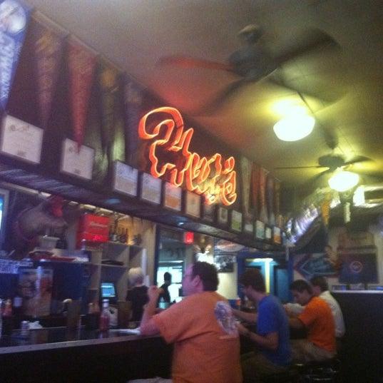 Foto tirada no(a) Hut's Hamburgers por Jenifer S. em 6/21/2012