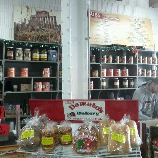 รูปภาพถ่ายที่ J.P. Graziano Grocery โดย Leyla A. เมื่อ 12/9/2011