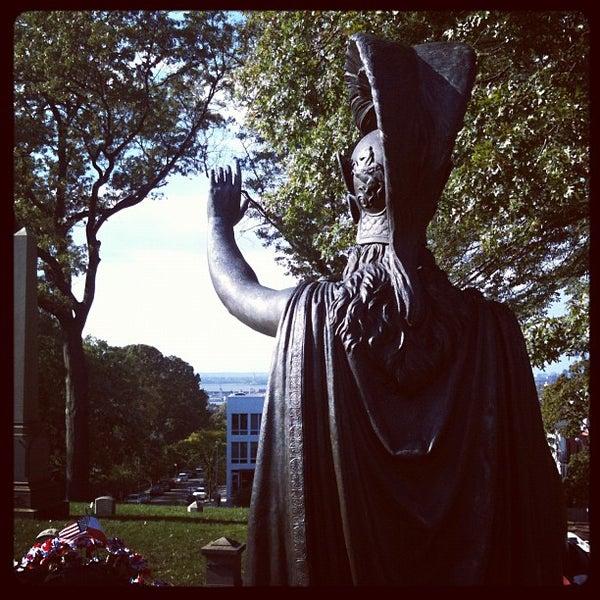 Foto tomada en Green-Wood Cemetery por Kimberly H. el 10/16/2011