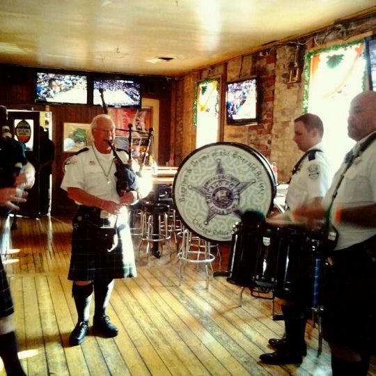 รูปภาพถ่ายที่ Lottie's Pub โดย Weykyoi K. เมื่อ 3/15/2012