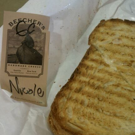 Das Foto wurde bei Beecher's Handmade Cheese von Nicole R. am 9/19/2011 aufgenommen