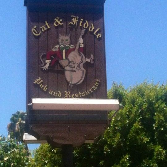 รูปภาพถ่ายที่ The Cat & Fiddle โดย Rich S. เมื่อ 6/6/2012