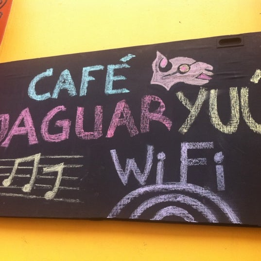 Foto tomada en Café Jaguar Yuú por Pedro E. el 9/30/2011