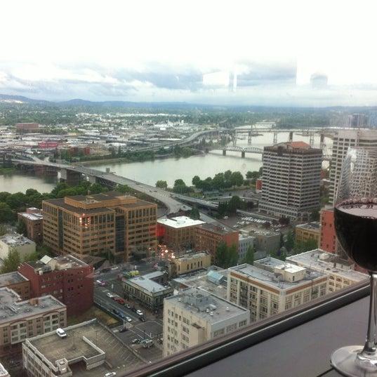 Foto tomada en Portland City Grill por Cayle B. el 6/13/2012