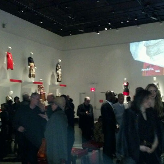 Foto scattata a Museum at the Fashion Institute of Technology (FIT) da Louis S. il 2/10/2012
