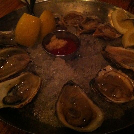 Foto scattata a Hank's Oyster Bar da Sarah F. il 5/27/2012