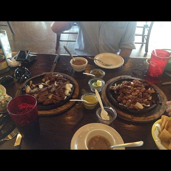 Das Foto wurde bei Mi Pueblito Restaurant Bar & Grill von Bob T. am 4/20/2012 aufgenommen