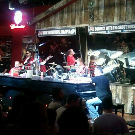 Das Foto wurde bei Shout House Dueling Pianos von Patrick C. am 12/8/2011 aufgenommen