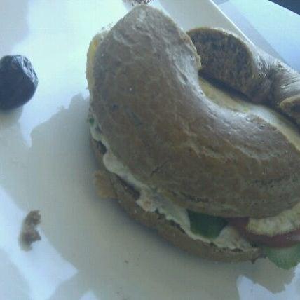 Снимок сделан в Bread and Bagels пользователем Robson C. 1/7/2012