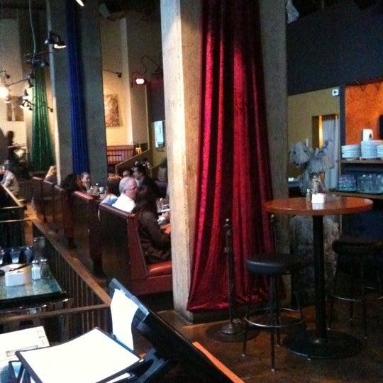 Foto diambil di Subeez Cafe Restaurant Bar oleh Charlie W. pada 4/10/2011