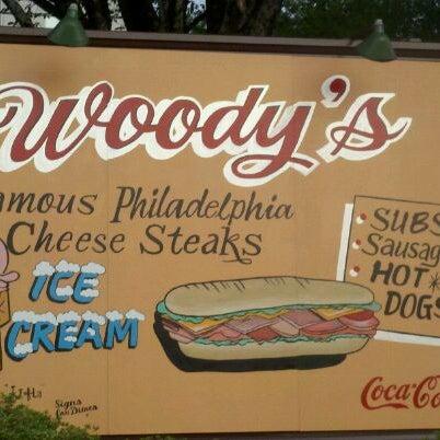 Foto scattata a Woody's Famous CheeseSteaks da Camp S. il 7/4/2011