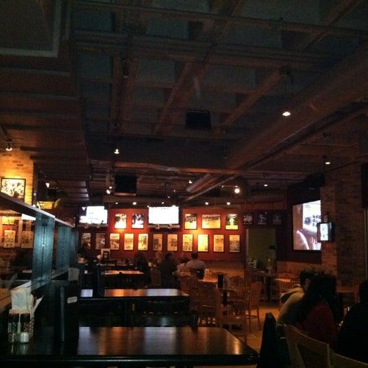 Foto tirada no(a) Huberts Sports Bar & Grill por Raul C. em 11/6/2011