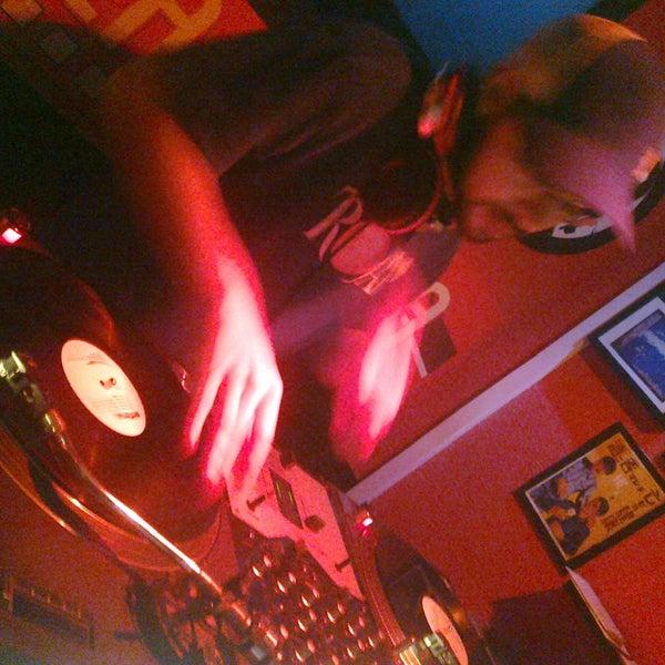 Hoy, como todos los sábados, nuestro DJ residente; DJ BOP GUN. Todo negro y exclusivamente en vinilo (soul, r'n'b, funk, latin,...)