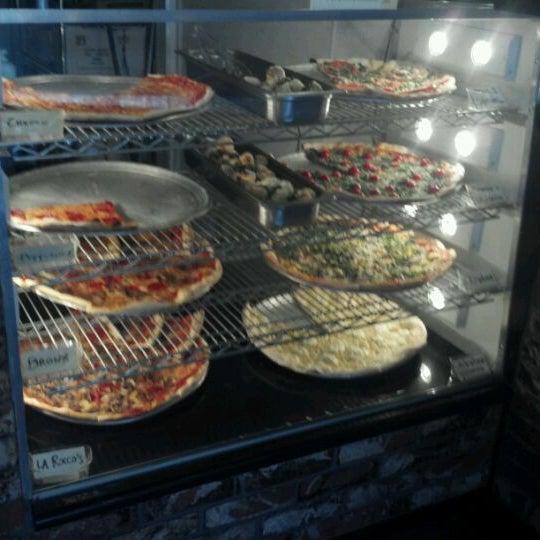 Foto scattata a La Rocco's Pizzeria da Jack R. il 10/26/2011