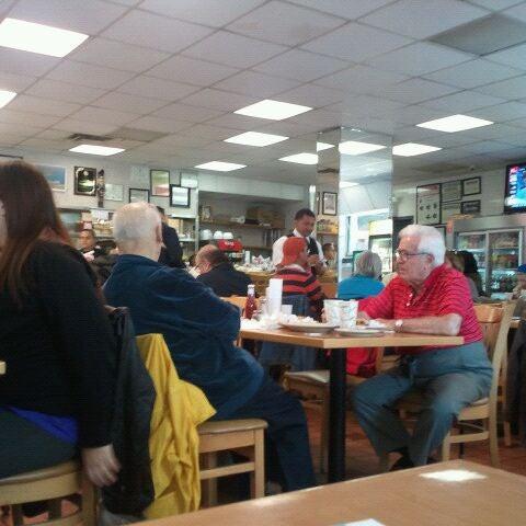 Das Foto wurde bei Squire's Diner von Robyn H. am 10/23/2011 aufgenommen
