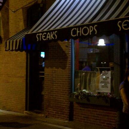 Foto tirada no(a) Four Farthings Tavern & Grill por Josh Q. em 9/18/2011