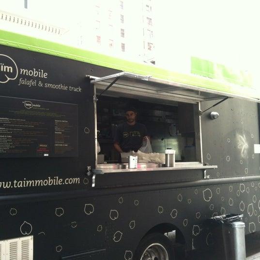 8/24/2012 tarihinde Wonnie T.ziyaretçi tarafından Taïm Mobile Falafel & Smoothie Truck'de çekilen fotoğraf