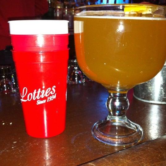 รูปภาพถ่ายที่ Lottie's Pub โดย Laura F. เมื่อ 12/3/2011